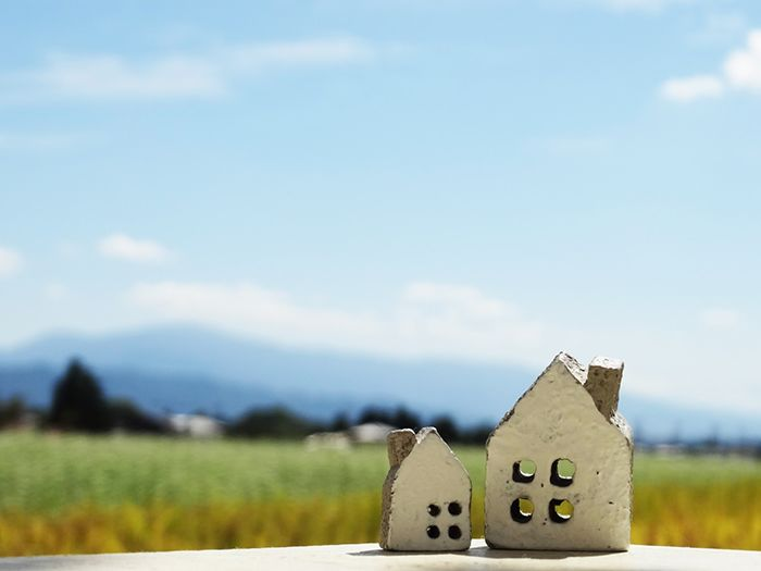 家の模型と背後に広がる草原