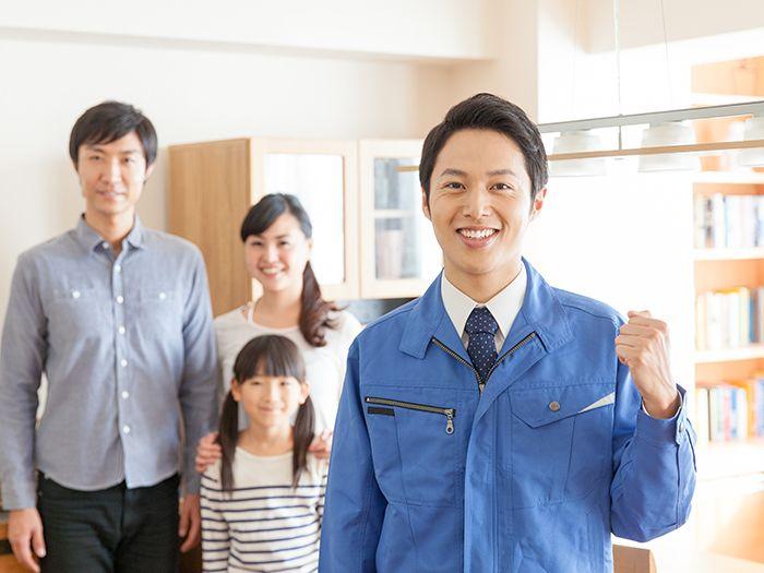 笑顔の家族とガッツポーズのスタッフ