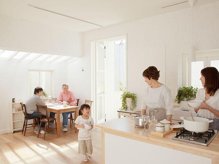 リビングとキッチンで団欒中の家族