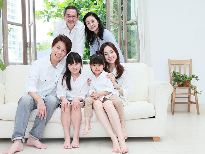 ソファに集まる家族