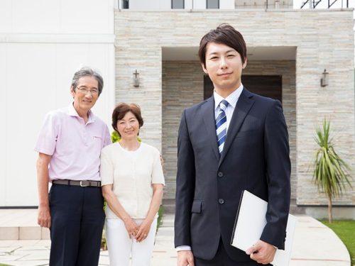 微笑む老夫婦とスーツ姿の男性