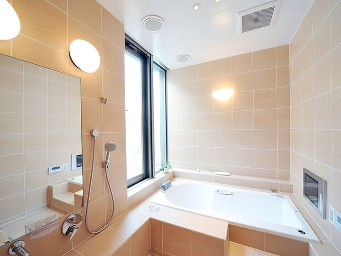 温かい色合いのバスルーム